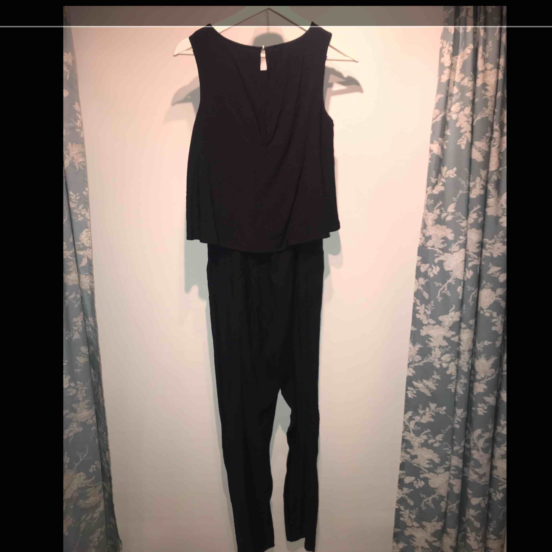 Snygg mörkblå jumpsuit som tyvärr inte längre passar. Jag är 176 cm lång och den är för kort. Två fickor i fram och köpt för något år sedan.. Klänningar.