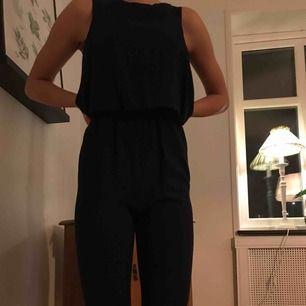 Snygg mörkblå jumpsuit som tyvärr inte längre passar. Jag är 176 cm lång och den är för kort. Två fickor i fram och köpt för något år sedan.