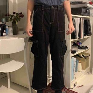 Ett par skitsnygga byxor från Urban outfitters! dom är nästan helt oanvända. (Personen på bilden är kille och därför sitter dom lite konstigt på han eftersom det är en kvinnomodell) Köparen står för frakten, eller så kan jag mötas upp i sthlm 💓