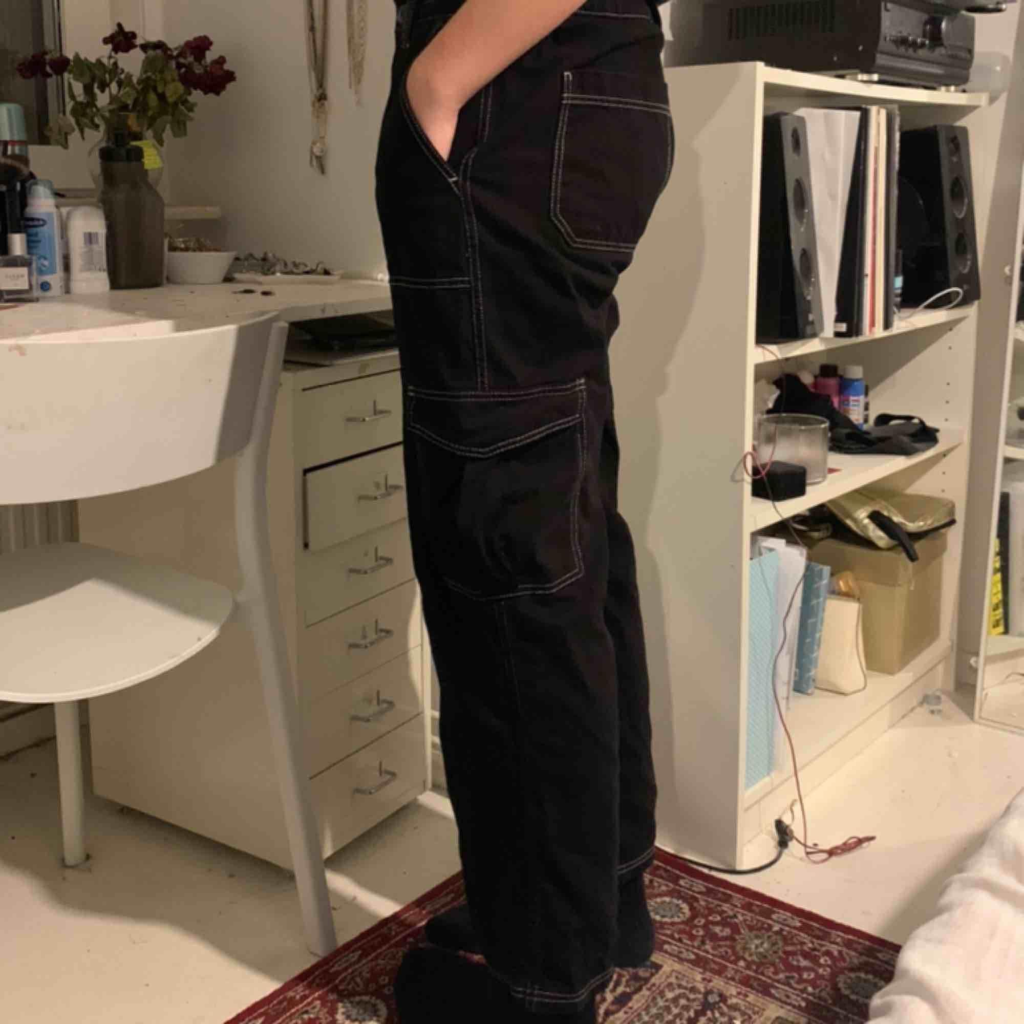 Ett par skitsnygga byxor från Urban outfitters! dom är nästan helt oanvända. (Personen på bilden är kille och därför sitter dom lite konstigt på han eftersom det är en kvinnomodell) Köparen står för frakten, eller så kan jag mötas upp i sthlm 💓. Jeans & Byxor.