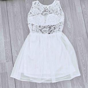 Fin vit klänning med spets från NLY One storlek XS. Fint skick.  Möts upp i Stockholm eller fraktar.  Frakt kostar 63kr extra, postar med videobevis/bildbevis. Jag garanterar en snabb pålitlig affär!✨