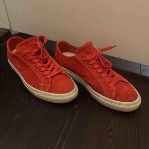 Ett par helt nya filippa k skor i modellen Kate.  Ny pris 2400kr.  De är så sköna på men passar inte min storlek. Skopåse och kartong med följer. Skorna är också impregnerade så de tål vatten och smuts. Skorna är i röd färg och är i mocka.