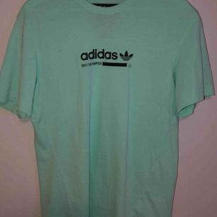 snygg T-shirt knappt använd. köparen står för frakten