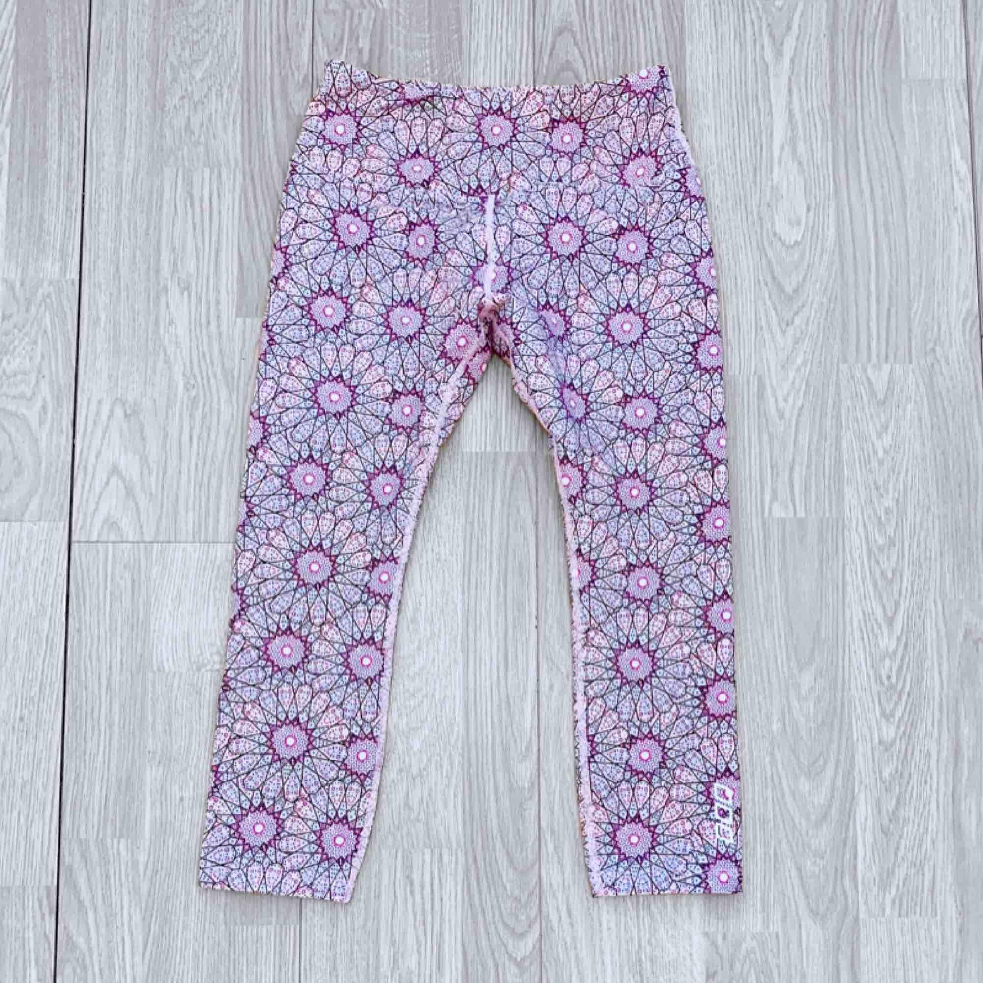 Rosa högmidjade träningsleggings/shorts med bred resår storlek XS från Lorna Jane, fint skick.  Möts upp i Stockholm eller fraktar.  Frakt kostar 36kr extra, postar med videobevis/bildbevis. Jag garanterar en snabb pålitlig affär!✨. Jeans & Byxor.