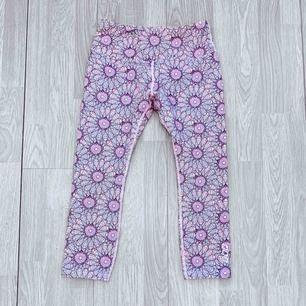 Rosa högmidjade träningsleggings/shorts med bred resår storlek XS från Lorna Jane, fint skick.  Möts upp i Stockholm eller fraktar.  Frakt kostar 36kr extra, postar med videobevis/bildbevis. Jag garanterar en snabb pålitlig affär!✨