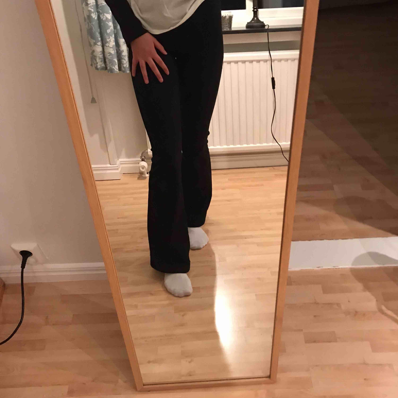 Världens skönaste byxor som passar till allt! Väldigt stretchiga, lagom höga i midjan och vida, säljes då dem är för korta (jag är 176 cm lång). . Jeans & Byxor.