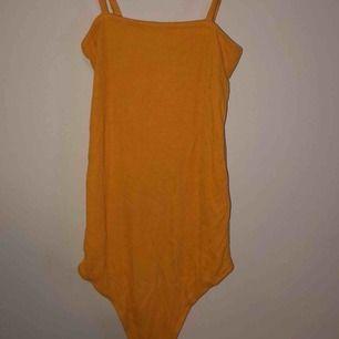 gul body från Bik Bok, aldrig använd. köparen står för frakten