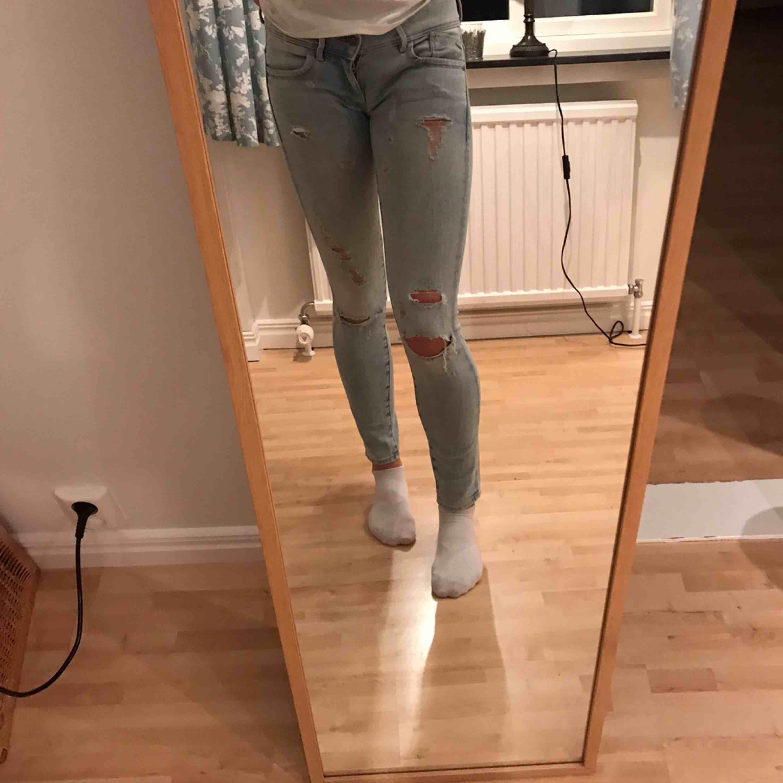 Stretchiga, ljusa jeans med slitningar, passar med allt! Bra skick och lågmidjade!. Jeans & Byxor.