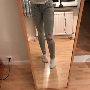Stretchiga, ljusa jeans med slitningar, passar med allt! Bra skick och lågmidjade!