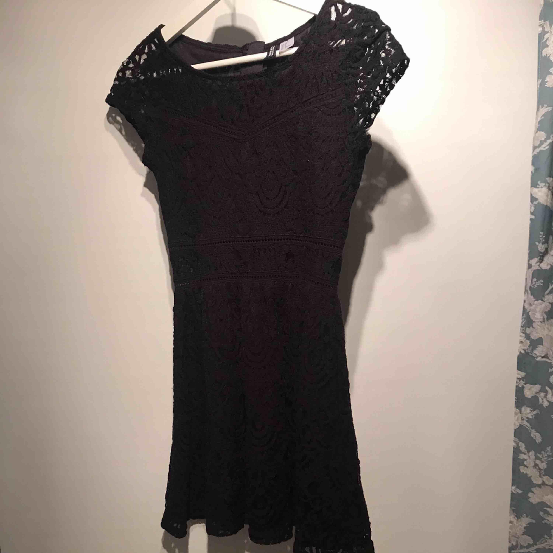 Fin, svart klänning i spets! Tidigare använts till jul men passar såklart till annat också. Den är i väldigt bra skick och säljs eftersom den är för kort.. Klänningar.