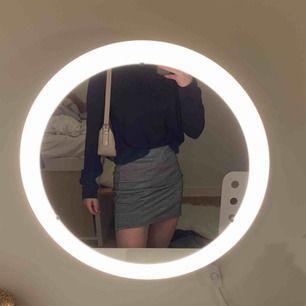 Söt rutig kjol från HM. Den är i bra skick och jag tror att den även skulle kunna passa som en storlek S eftersom att den är stretchig. Jättefin både med och utan strumpbyxor och passar både sommarn och vintern.
