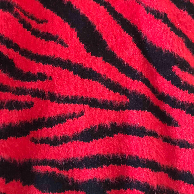 Snygg zebra mönstrad röd och svart färgad tröja från Berskha! Använd ca 2-3 gånger.. Tröjor & Koftor.