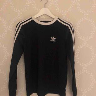 Marinblå tröja från adidas. Storlek S, använd fåtal gånger.