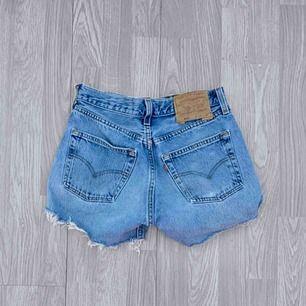 Högmidjade blå ripped Levis shorts storlek W28, passar en storlek S.  Möts upp i Stockholm eller fraktar.  Frakt kostar 59kr extra, postar med videobevis/bildbevis. Jag garanterar en snabb pålitlig affär!✨
