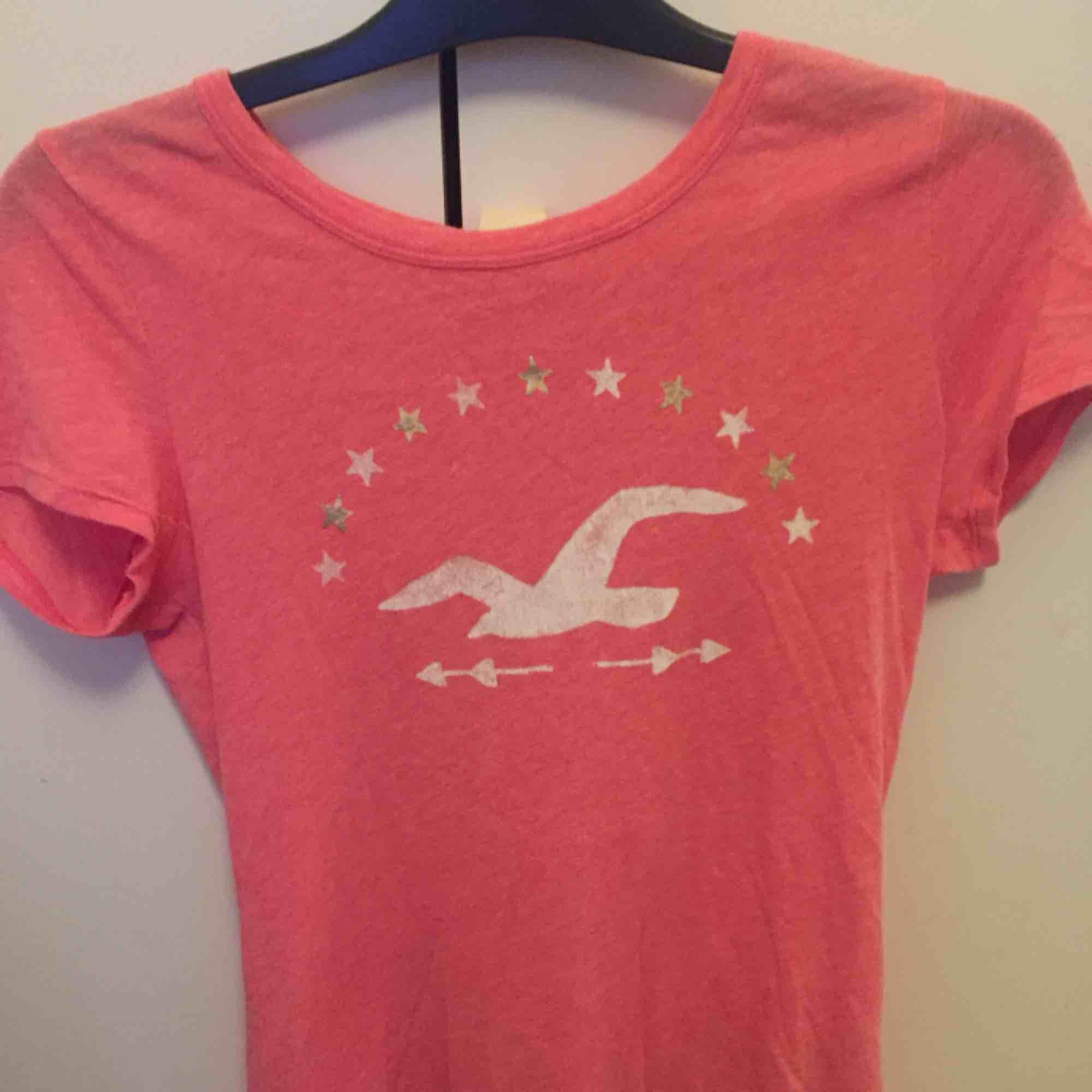 Rosa hollister t-shirt. . T-shirts.