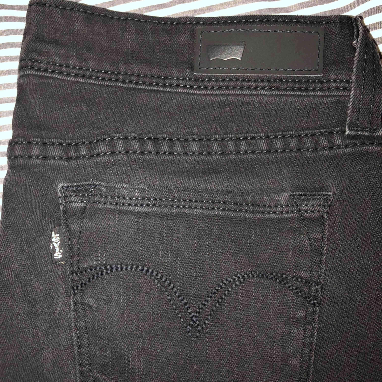 Säljer två par Levis jeans 300kr styck eller 500kr för båda (frakt igår). Jeansen är köpta i USA för ungefär 4 år sedan och är använda fåtal gånger. Båda jeansen är samma design och passform.. Jeans & Byxor.