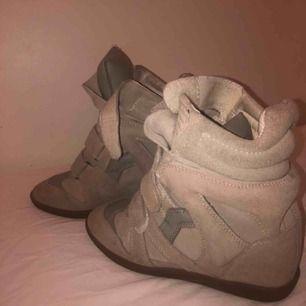 ⭐️ISABEL MARANT⭐️ Beigea marant skor i klassisk modell, super snygga och super bra skick! Inget kvitto då jag fick de i födelsedagspresent, men garanterat äkta.💓