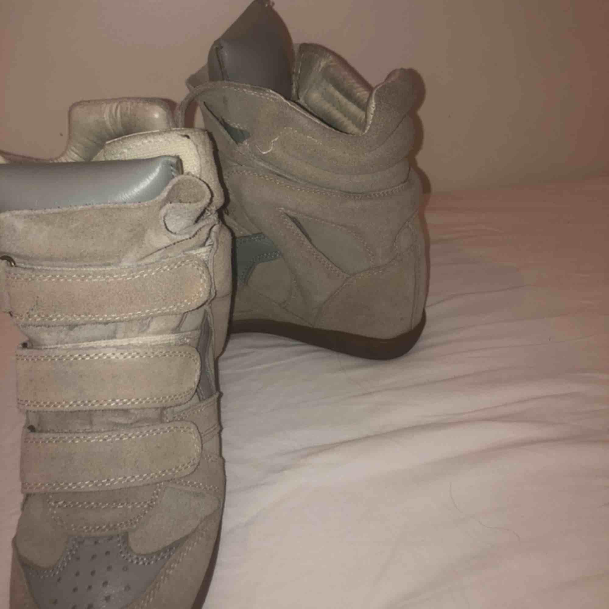 ⭐️ISABEL MARANT⭐️ Beigea marant skor i klassisk modell, super snygga och super bra skick! Inget kvitto då jag fick de i födelsedagspresent, men garanterat äkta.💓. Skor.