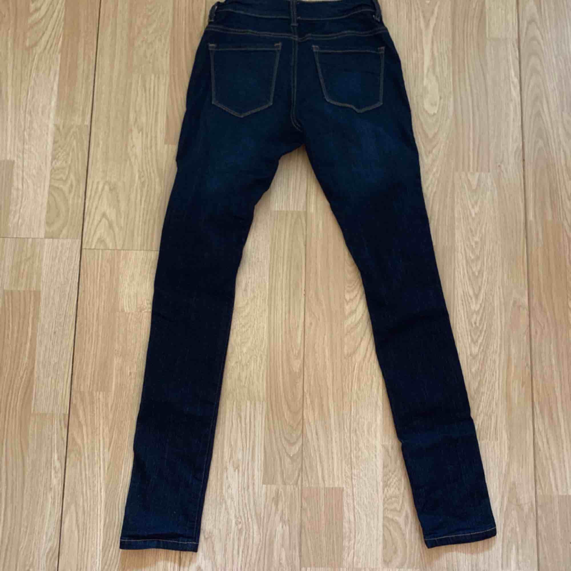 Mörkblå jeans från Fashion nova, midi waist. Storlek 1 (XS/S) fint skick.  Möts upp i Stockholm eller fraktar.  Frakt kostar 59kr extra, postar med videobevis/bildbevis. Jag garanterar en snabb pålitlig affär!✨. Jeans & Byxor.