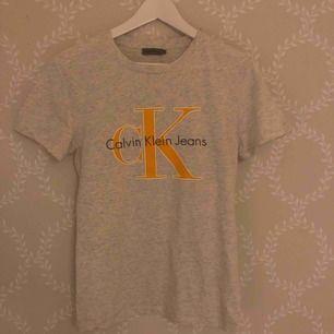 T-shirt från Calvin Klein i storlek S, använd fåtal gånger. Frakt 49kr