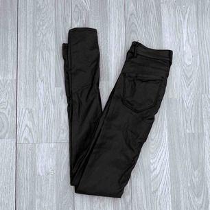 Högmidjade svarta jeans i fake skinn från vero moda storlek xs, fint skick förutom ett hål, går att laga. Möts upp i Stockholm eller fraktar.  Frakt kostar 59kr extra, postar med videobevis/bildbevis. Jag garanterar en snabb pålitlig affär!✨