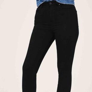 Gina Curve jeans från Gina Tricot. Jeansen är använda fåtal gånger i mycket fint skick. Säljer på grund av för liten storlek. Frakt ingår i priset.