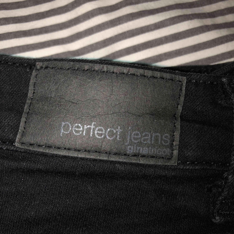 Gina Curve jeans från Gina Tricot. Jeansen är använda fåtal gånger i mycket fint skick. Säljer på grund av för liten storlek. Frakt ingår i priset. . Jeans & Byxor.