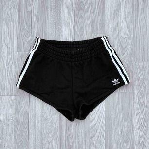 Svarta adidas shorts storlek 36 i fint skick.  Möts upp i Stockholm eller fraktar.  Frakt kostar 54kr extra, postar med videobevis/bildbevis. Jag garanterar en snabb pålitlig affär!✨