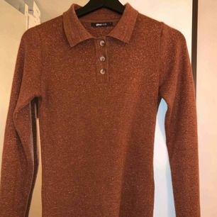 Rostbrun glittrig top från Gina tricot. Stretchig och supermjuk. Storlek S men passar nog även xs och m.