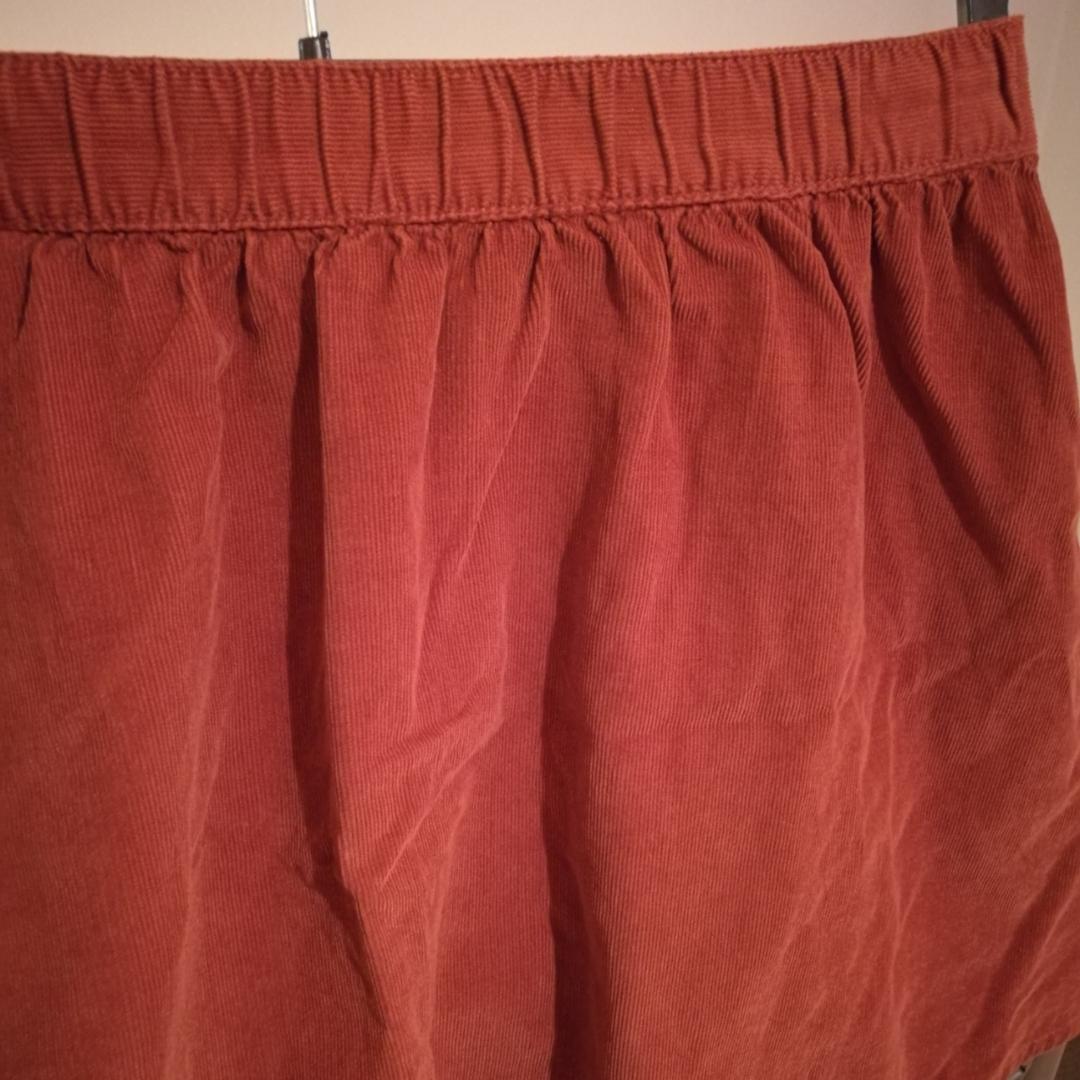 Rostbrun kjol i manchestertyg från Forever 21.  I mycket fint skick. Storlek S . Kjolar.