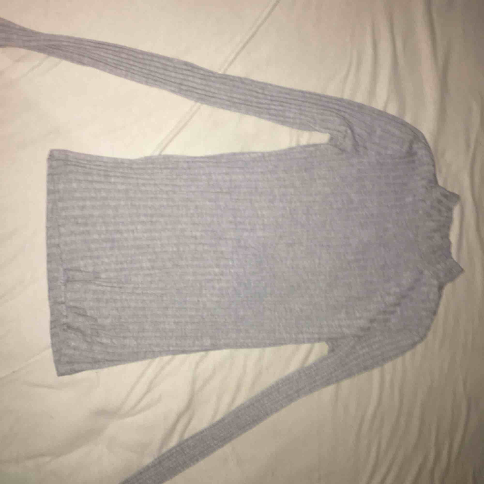 Säljer en grå polo tröja från Nelly, jätte fin tröja och skön knappt använd. . Tröjor & Koftor.