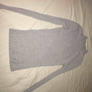 Säljer en grå polo tröja från Nelly, jätte fin tröja och skön knappt använd.