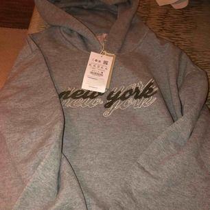"""Snygg hoodie med luva från pull&bear med tryck """"new york"""" Storlek XL men väldigt liten i storleken!!!!"""