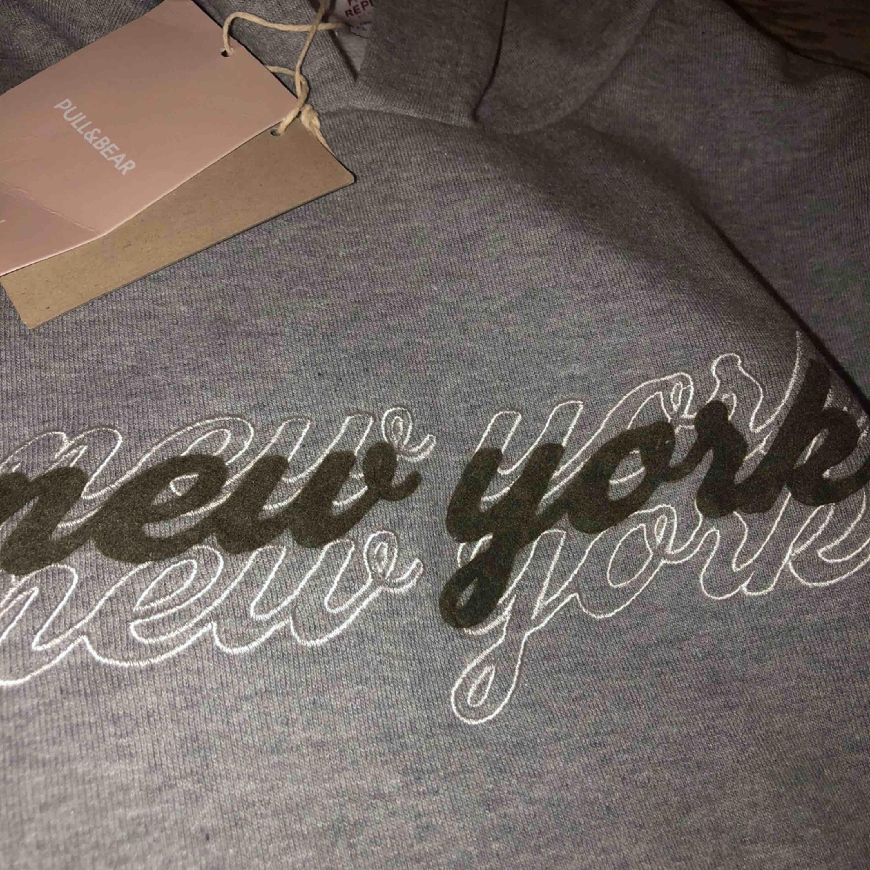 """Snygg hoodie med luva från pull&bear med tryck """"new york"""" Storlek XL men väldigt liten i storleken!!!!. Tröjor & Koftor."""