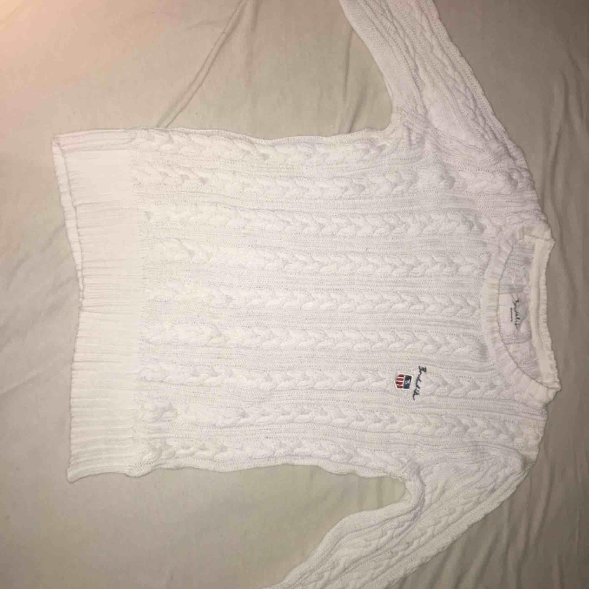 Säljer en vit bondelid tröja vit storlek s, använd en gång jätte bra skick!. Tröjor & Koftor.