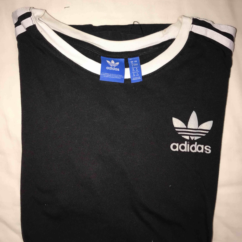 """En jättefin t-shirt från Adidas! Pricken på """"i:et"""" har tyvärr råkat tvättas bort, men annars är den jättefint skick! . T-shirts."""