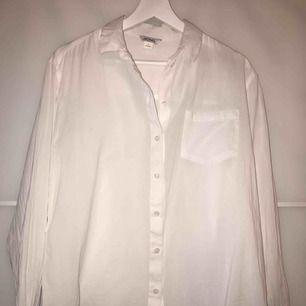 En jättefin oversized skjorta från Monki! Passar alla strl från XS-L då den är väldigt stor. Passar jättebra som strandskjorta också ☺️