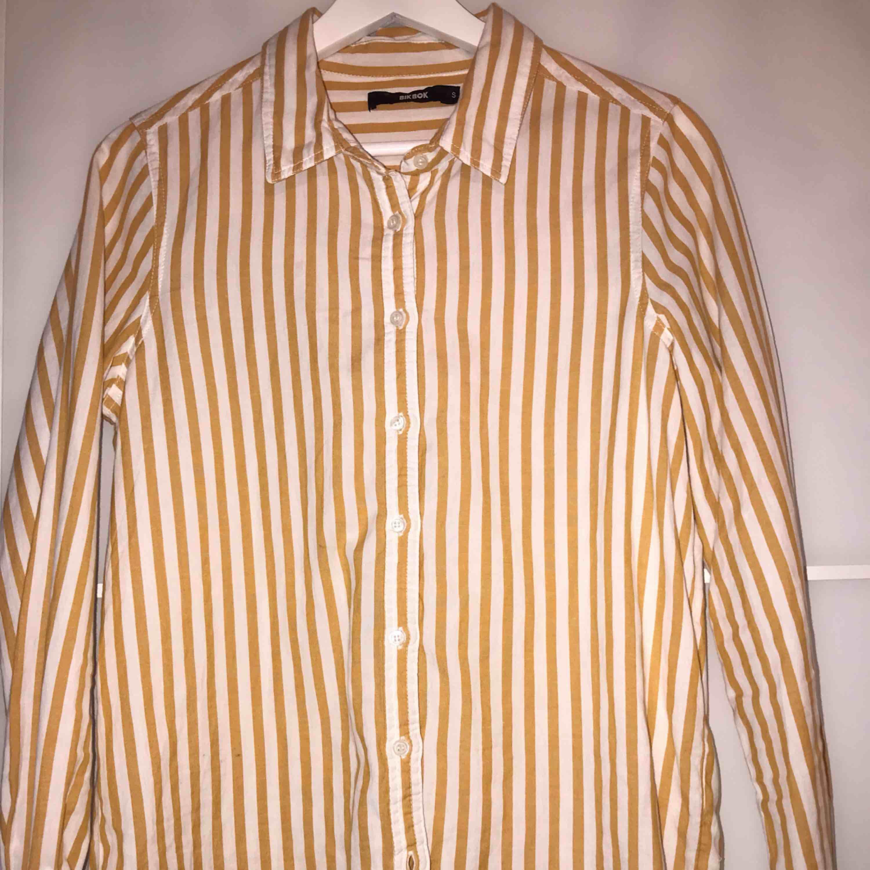 En jättefin skjorta från BikBok! Väldigt gott skick 💛. Skjortor.