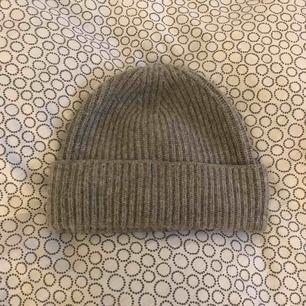 En grå mössa ifrån hm. Köpt förra vintern men kommer inte till användning. Bra skick. Köparen står för frakten