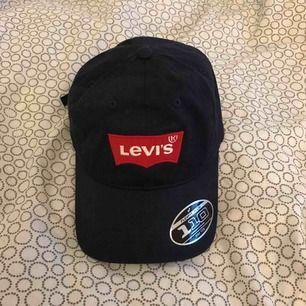 En marinblå Levi's keps. Använd typ 2 gånger så i nyskick. Köparen står för frakten