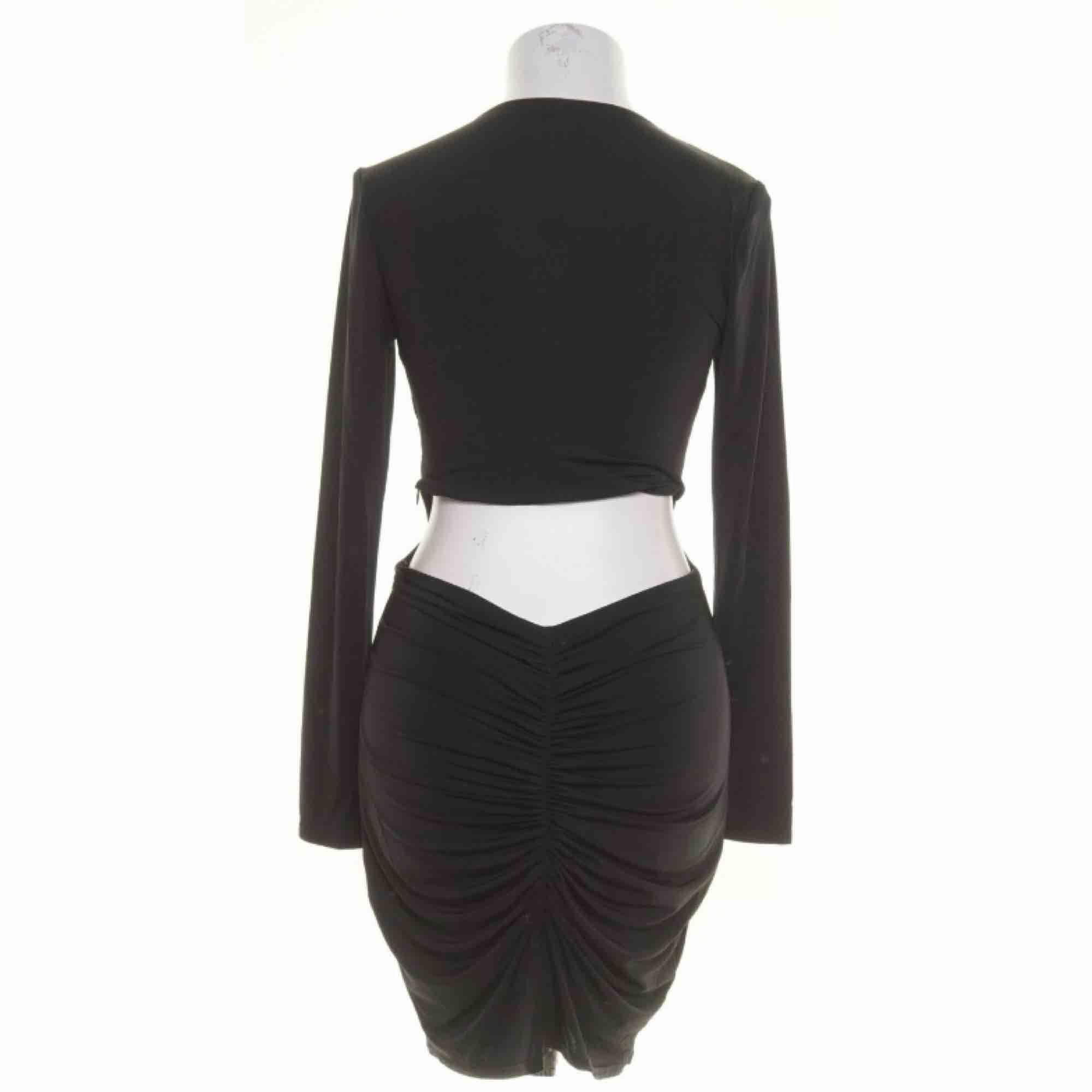 Populär klänning från NLY One storlek S, med scrunch butt.  Möts upp i Stockholm eller fraktar.  Frakt kostar 59kr extra, postar med videobevis/bildbevis. Jag garanterar en snabb pålitlig affär!✨. Klänningar.
