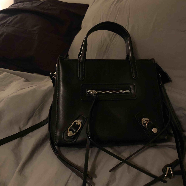 Svart väska från Nelly. Axelband medföljer💜🥰möts endast upp i shtml, fraktar annars (frakt kostnad 63kr) . Väskor.