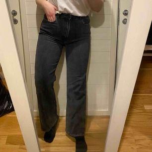 """Raka jeans i """"urtvättad svart"""". Högmidjade. Stretchiga i tyget. Storlek M. Jag är 165cm."""