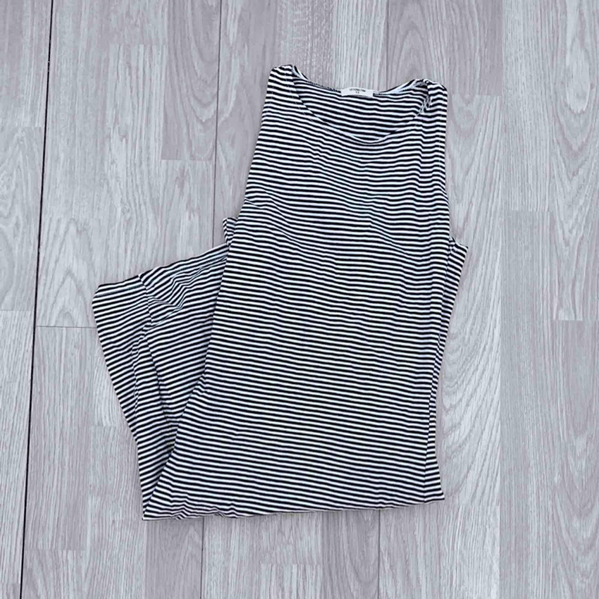 Vit och mörkblå/svart randig klänning storlek xs i fint skick.  Möts upp i Stockholm eller fraktar.  Frakt kostar 36kr extra, postar med videobevis/bildbevis. Jag garanterar en snabb pålitlig affär!✨. Klänningar.