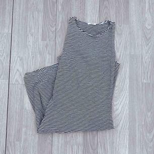 Vit och mörkblå/svart randig klänning storlek xs i fint skick.  Möts upp i Stockholm eller fraktar.  Frakt kostar 36kr extra, postar med videobevis/bildbevis. Jag garanterar en snabb pålitlig affär!✨