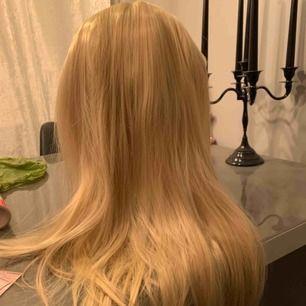 Blond peruk använd en gång så är i fint skick Finns i Haninge. Är självklart inte äkta