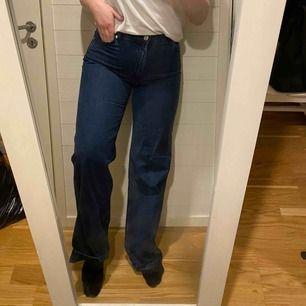 Högmidjade jeans i rak modell, aldrig använda endast testade! Sitter perfekt på mig med storlek M/L/40. Storlek W31. Nypris 400kr