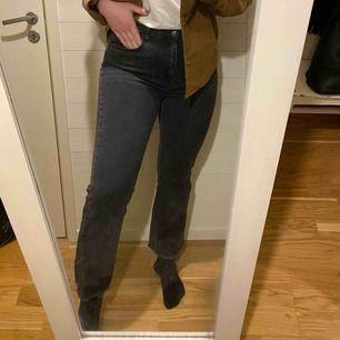 Gråa jeans med lite slitningar nertill. Storlek 42, passar M! Jag har vanligtvis 40/M/L på byxor beroende på byxa. Stretchiga!