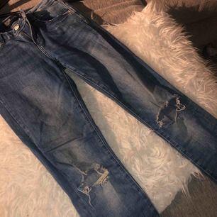 Ljusa stretchiga jeans med hål på knäna, ganska små i storleken. Sparsamt använda  Köparen står för frakt!