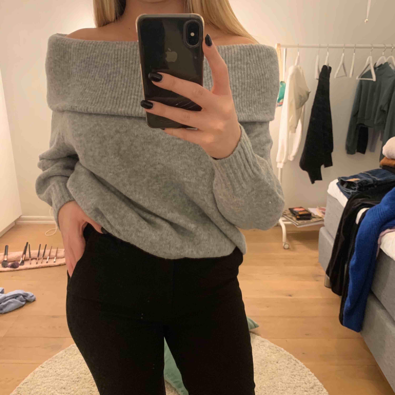 Superskön off-shoulder tröja från H&M. Knappt använd, köparen står för frakt!🥰. Huvtröjor & Träningströjor.